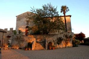 La pieve di san bartolomeo a Pignano si trova a 500 metri da Villa le Ginepraie