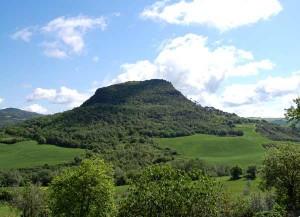 Il monte Voltraio si trova a circa 7 km da Villa le Ginepraie, i Volterrani lo chiamano anche poggio alla Rocca poichè in cima si trovano i resti di una antica rocca