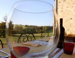 bere il vino in una villa in toscana