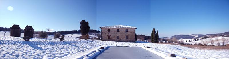 nevicata in toscana nella villa con piscina