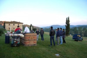 preparazione delle mongolfiere prima della partenza