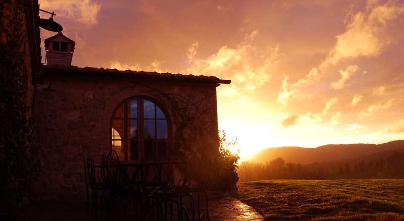 tramonto in primavera estate in una villa in Toscana
