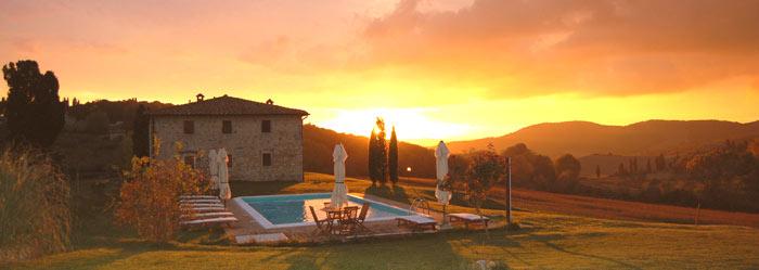 casale in toscana con piscina al tramonto