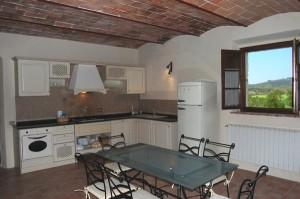 cucina con piano in granito della villa in Toscana