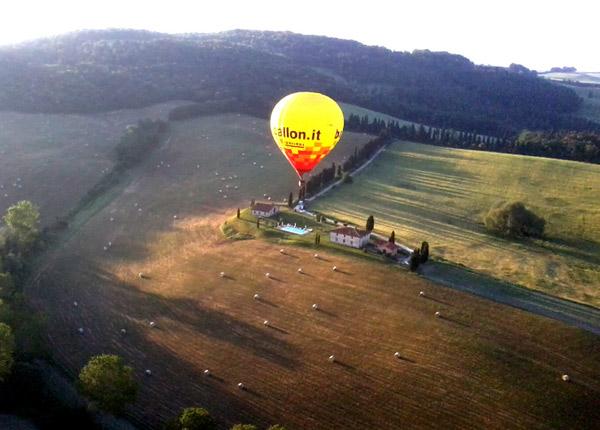fotografia aerea del casale a San Gimignano con mongolfiera