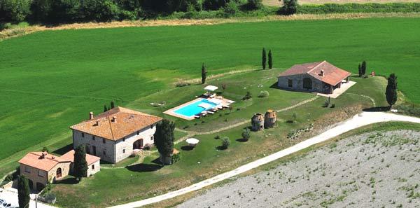 Fotografia aerea casale San Gimignano in Toscana per affitto 2012
