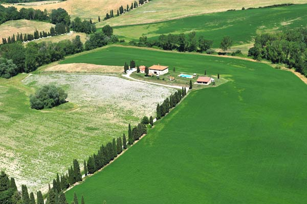 Panoramica aerea scattata al casale san Gimignano con stradina di Cipressi