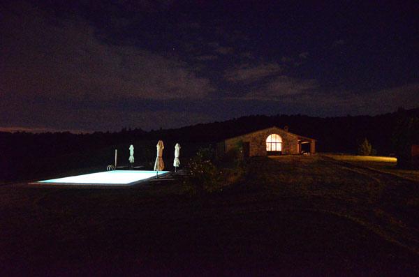 casale toscano con piscina foto di notte
