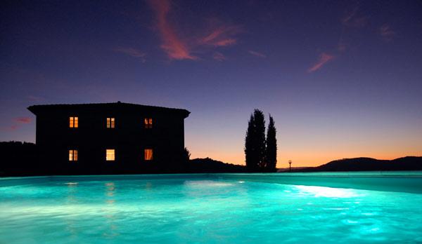 Villa con piscina in Toscana fotografata di notte