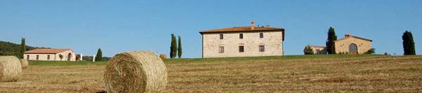Casale Toscano con balle di fieno
