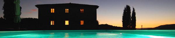 casale toscano con piscina panoramica con illuminazione notturna