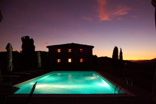 villa con piscina illuminata di notte