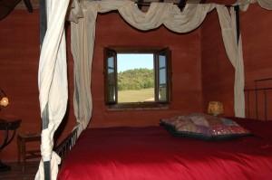camera da letto al primo piano del casale