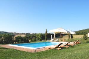 la piscina della villa in chianti