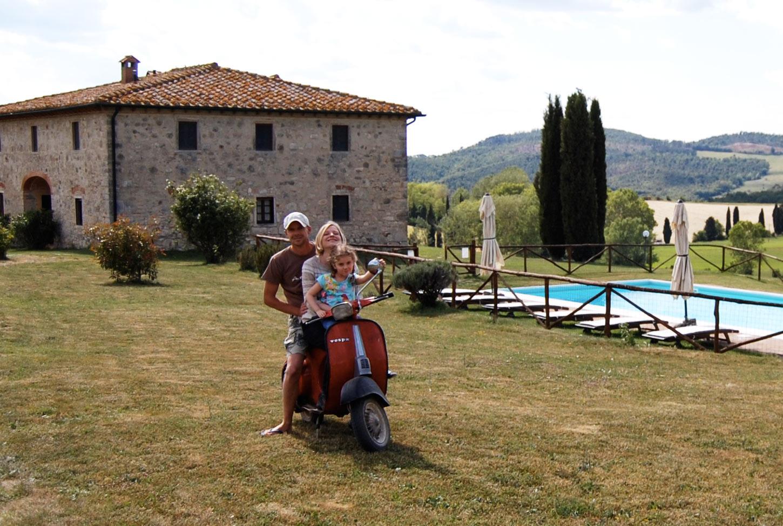 Paola Valerio e Viola i proprietari della villa in Toscana