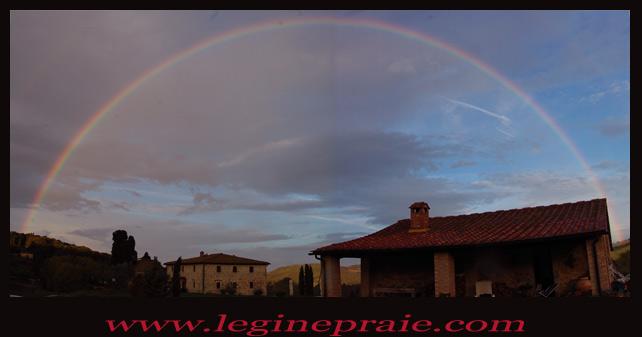 Foto arcobaleno casale in Toscana