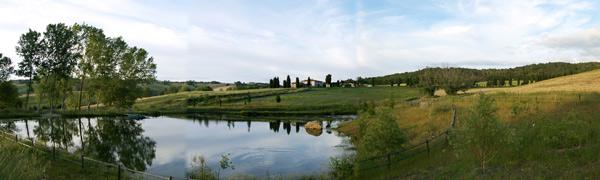 lago vicino al casale toscano in affitto