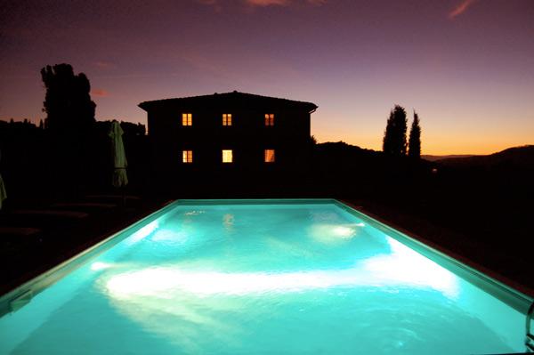 piscina con illuminazione notturna