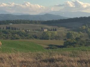 casale in toscana foto panoramica tra le colline