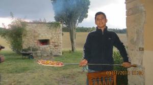 preparazione delle pizze nel forno a legna
