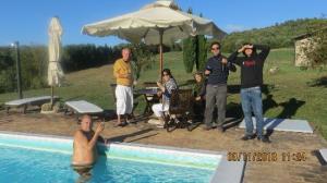 La famiglia si rilassa nella piscina del casale