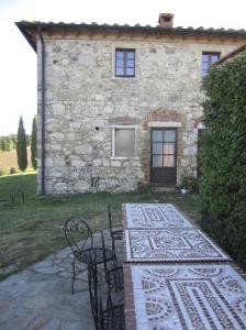 il tavolo in mosaico del casale in affitto
