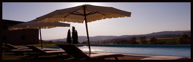 relax in piscina della villa in Toscana