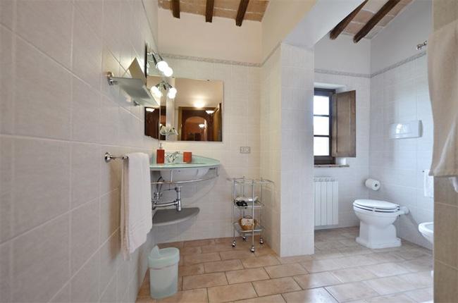 bagno luminoso villa toscana