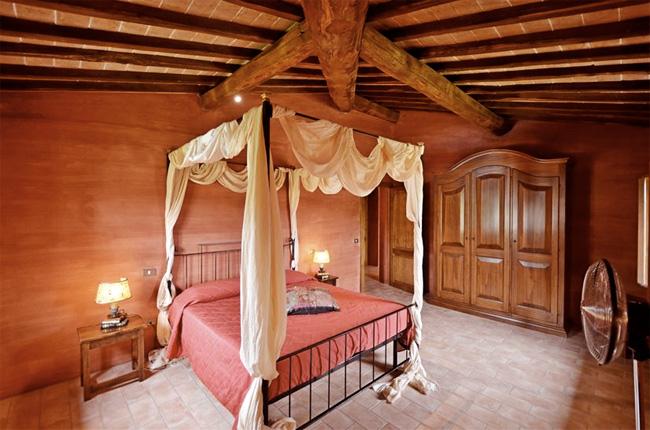 camera da letto con letto as baldacchino e armadio