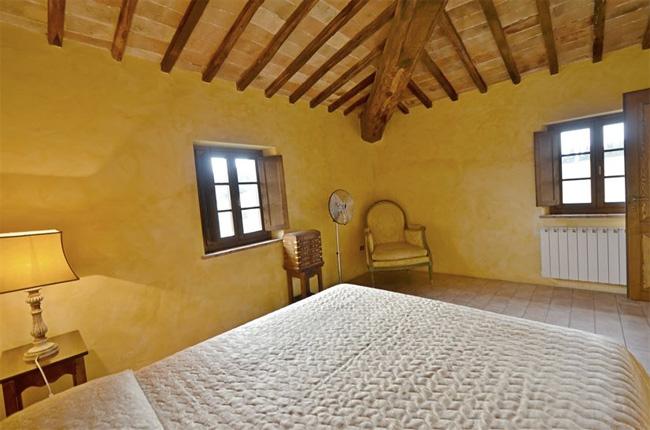 camera da letto luminosa della villa