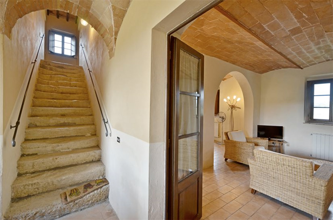 entrata dell'appartamento con antiche scale per la villa toscana