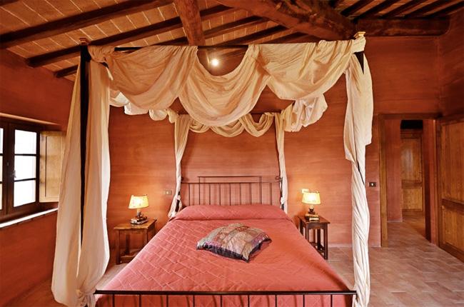 Foto villa in toscana appartamento rosso fiorentino - Letto a baldacchino in ferro battuto ...