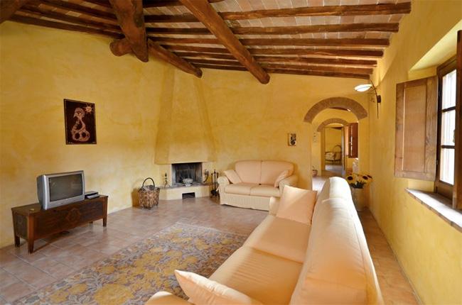 Foto interni casale in toscana fotografie salotto villa for Interni di ville