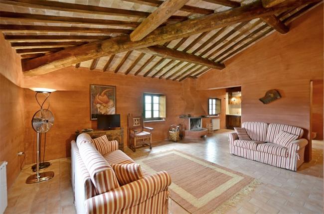 il salotto con il camino della villa in Toscana