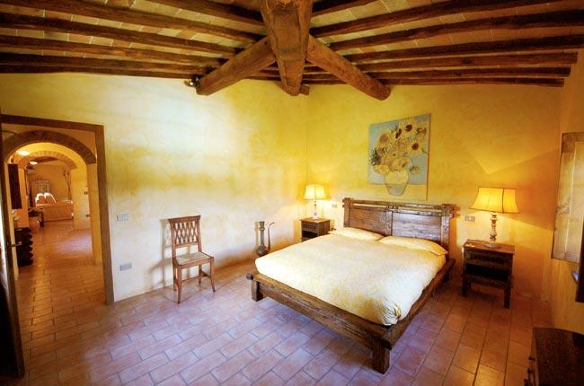 letto-in-legno-della-villa-toscana