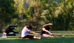 lezione di yoga nel giardino della villa in toscana