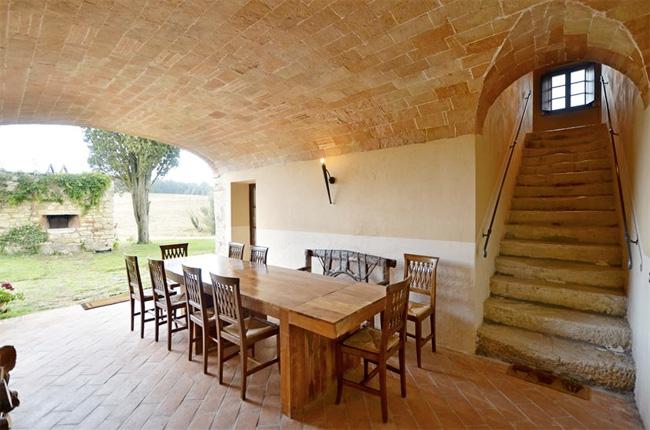 la loggia, il forno in pietra e le antiche scale