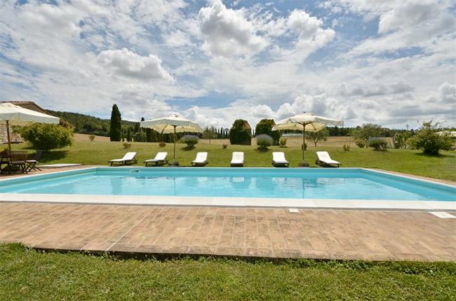 la piscina panoramica del casolare toscano