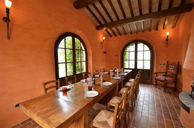 le grandi finestre del ristorante toscano