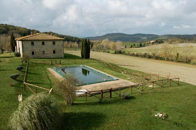 La recinzione della piscina della villa in Toscana