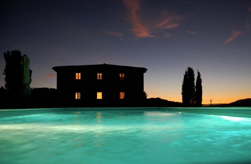 piscina-illuminata-di-notte
