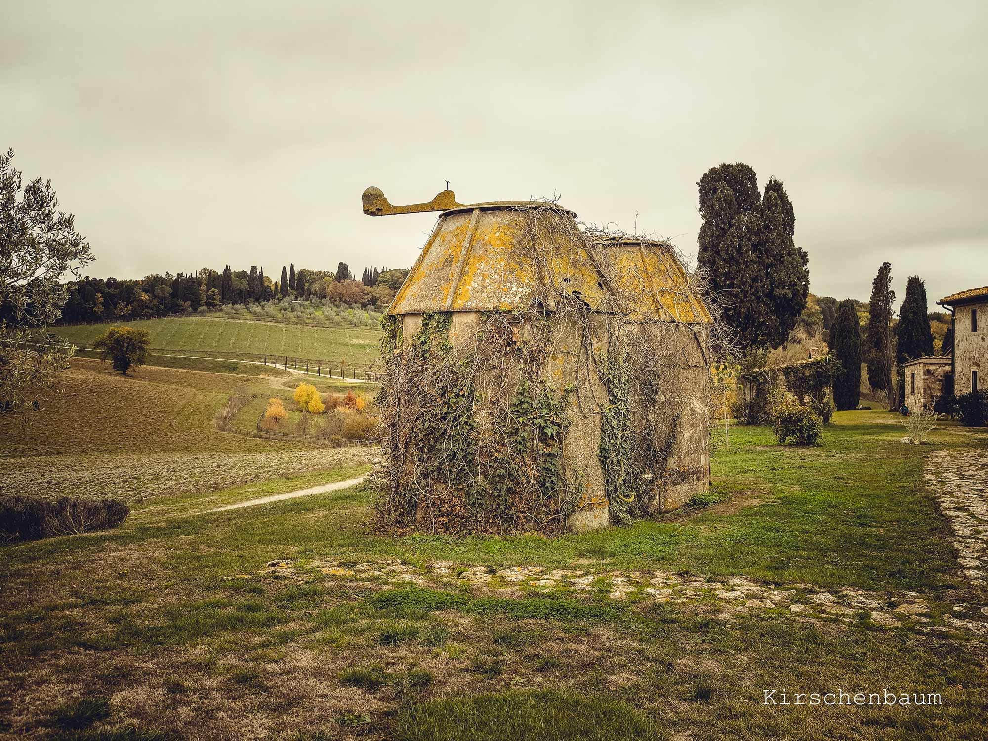 Il casale Toscano con due granai