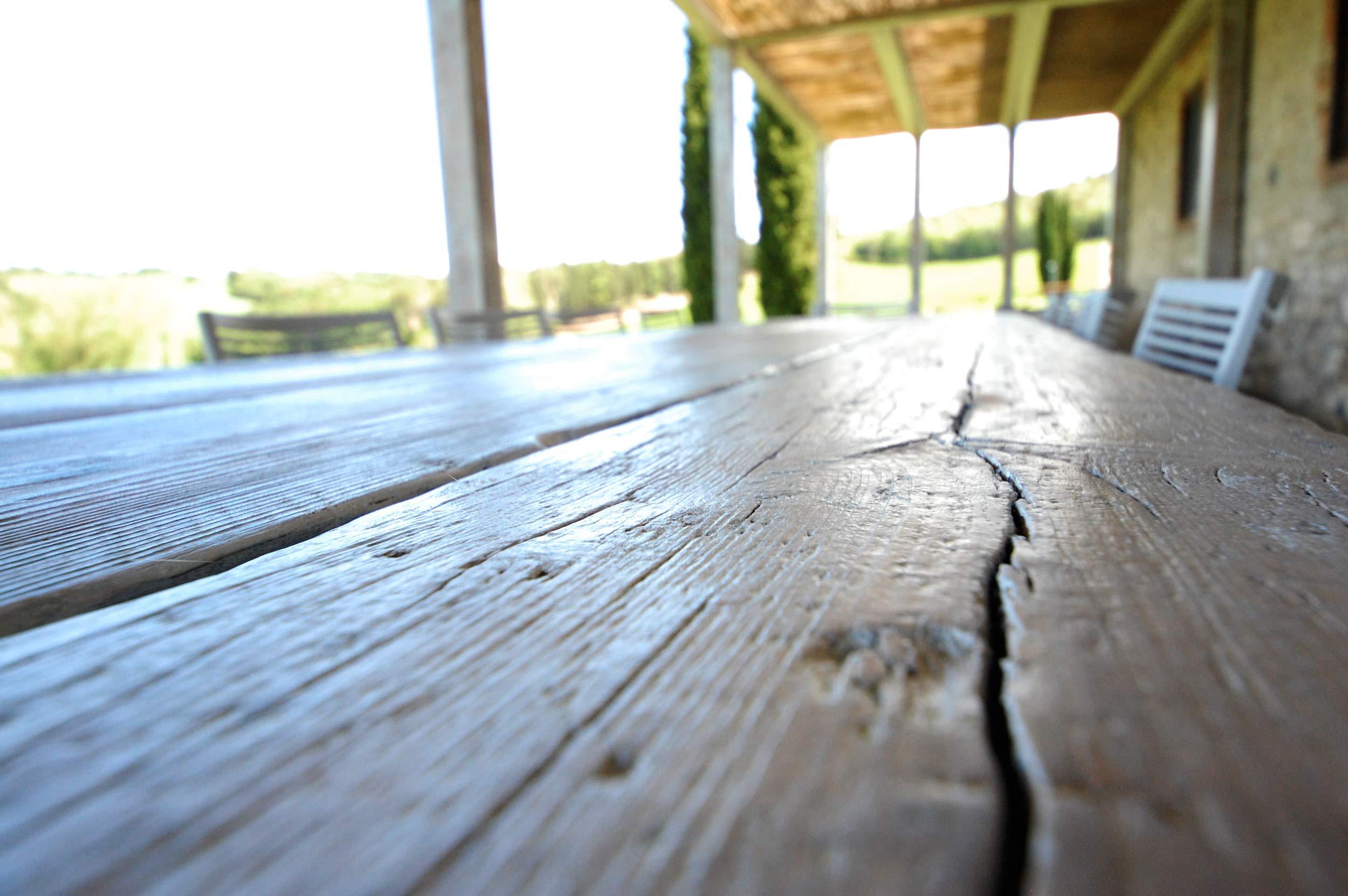 Antico tavolo in legno sbiancato