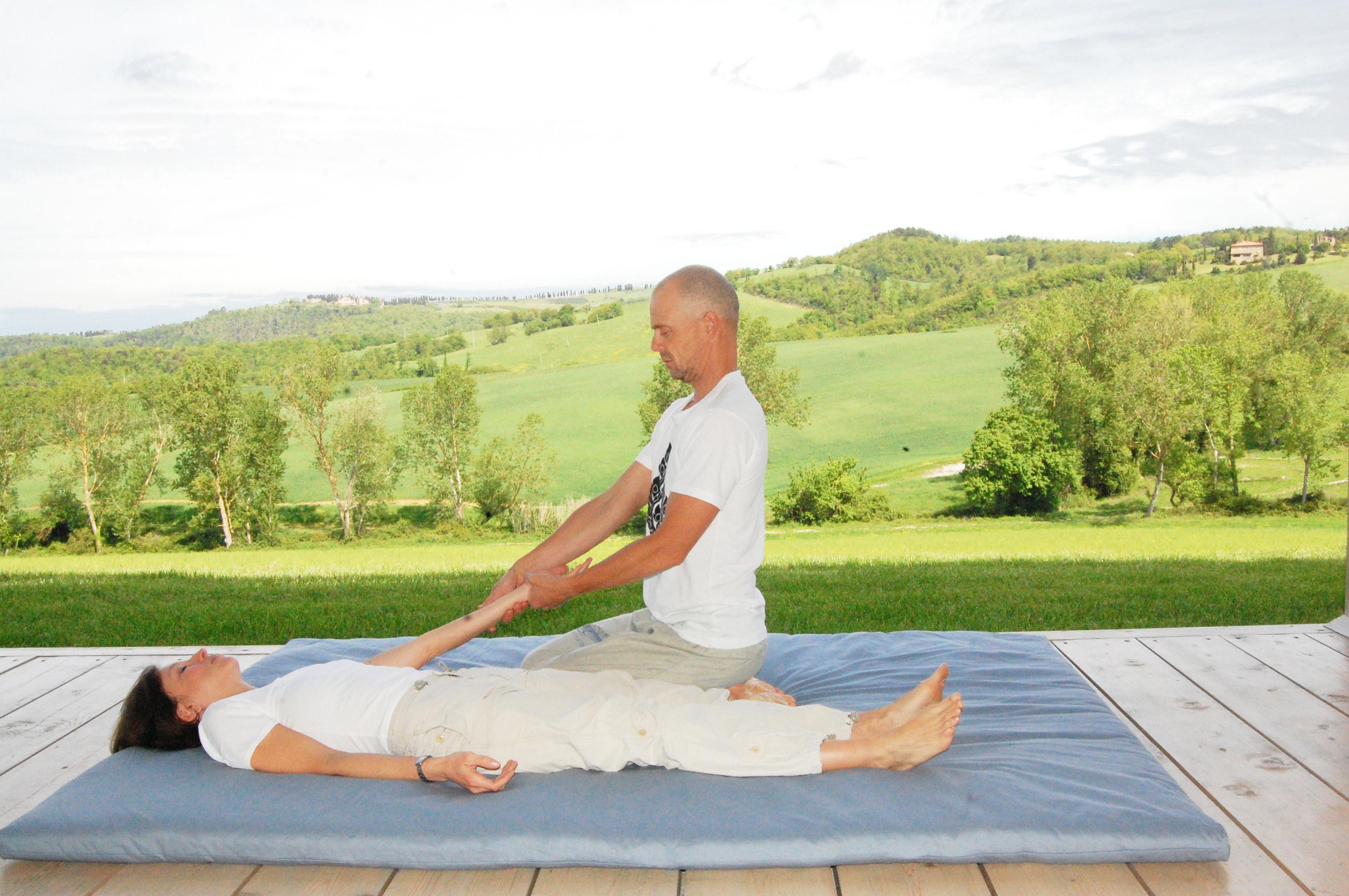 braccia nel massaggio thai