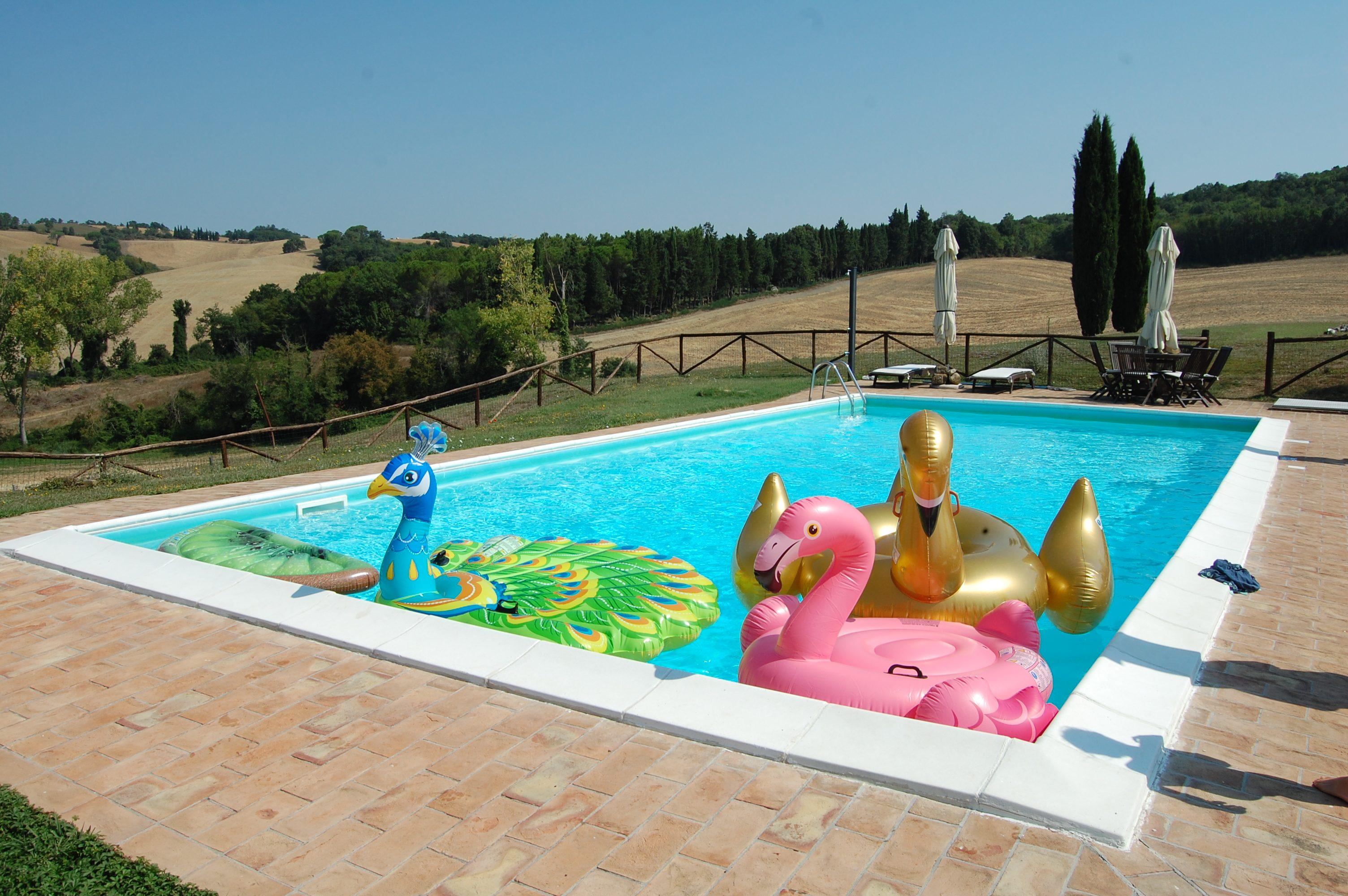 gonfiabili nella piscina della villa toscana