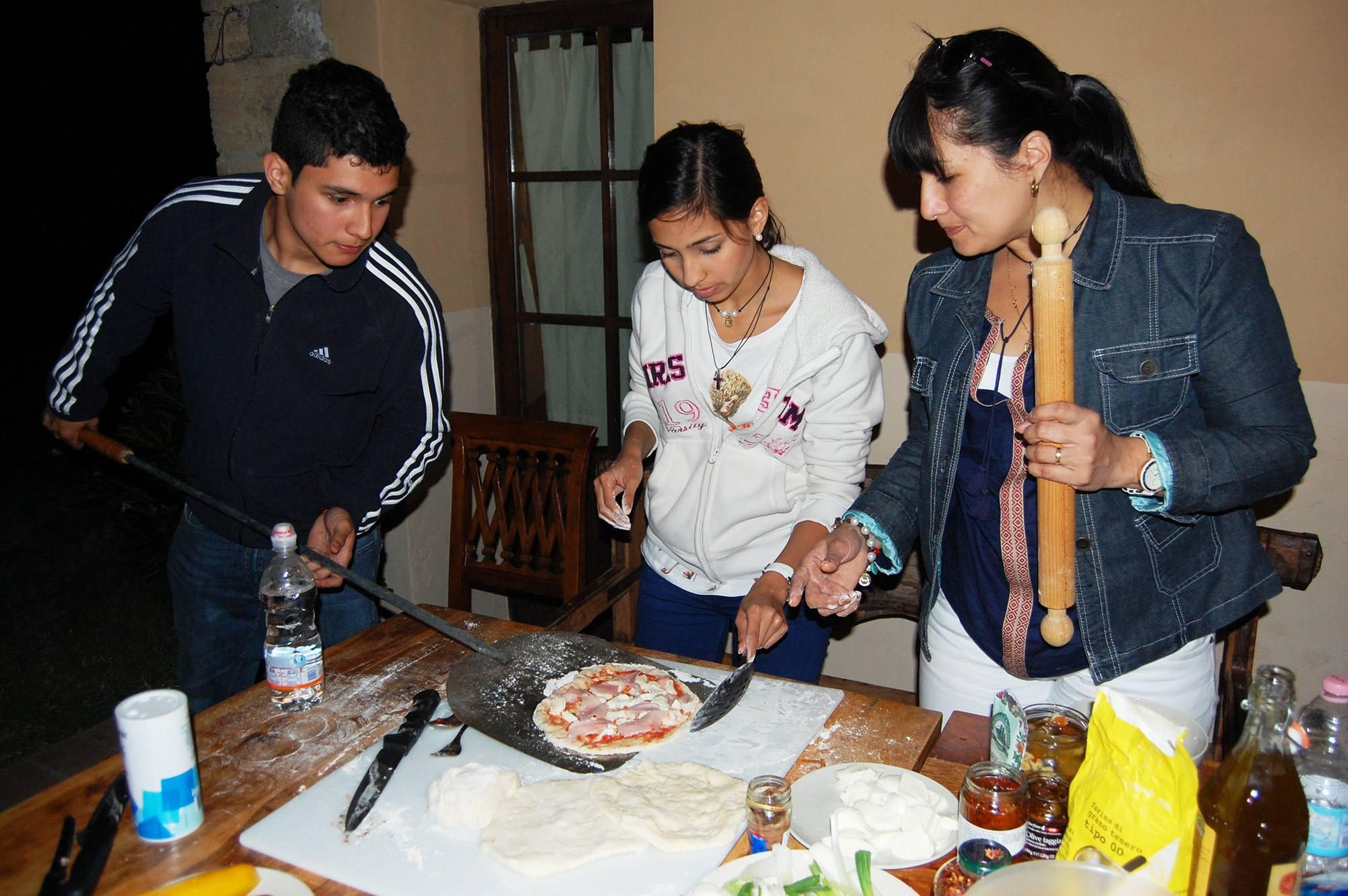 preparazione della pizza in villa toscana