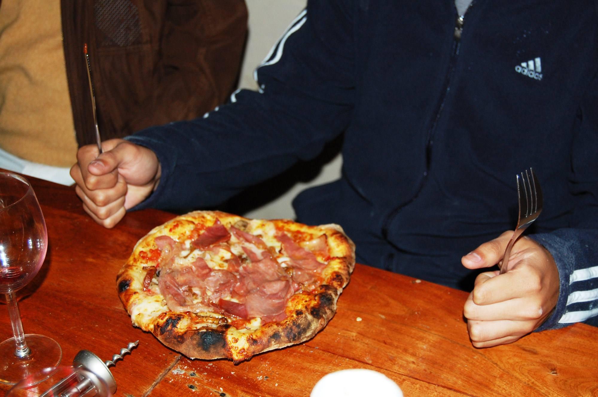 Mangiare la pizza nel casale toscano per famiglie