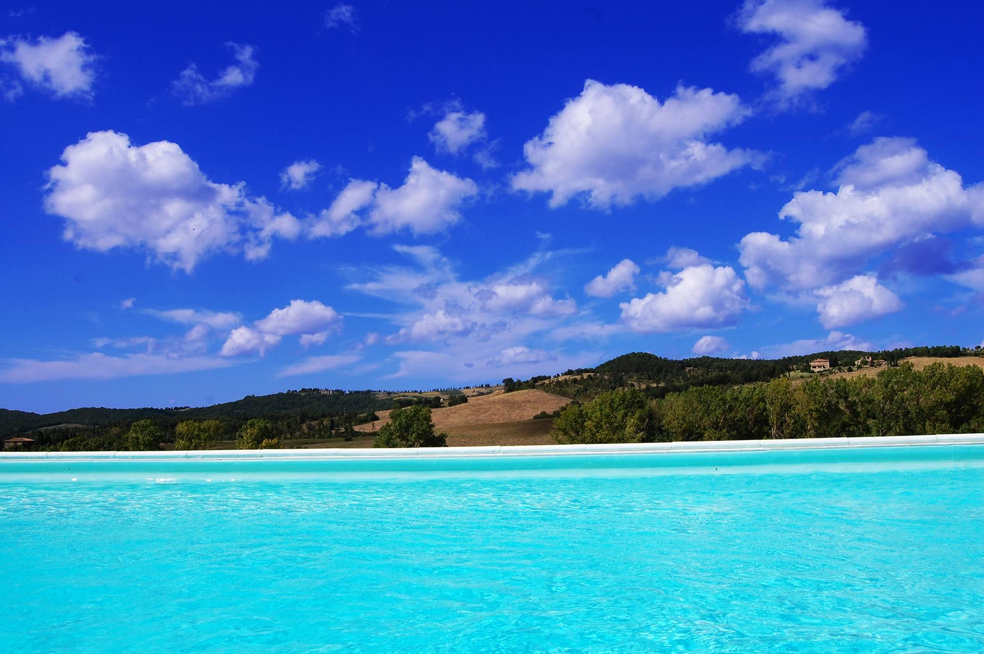 piscina panoramica sulle colline