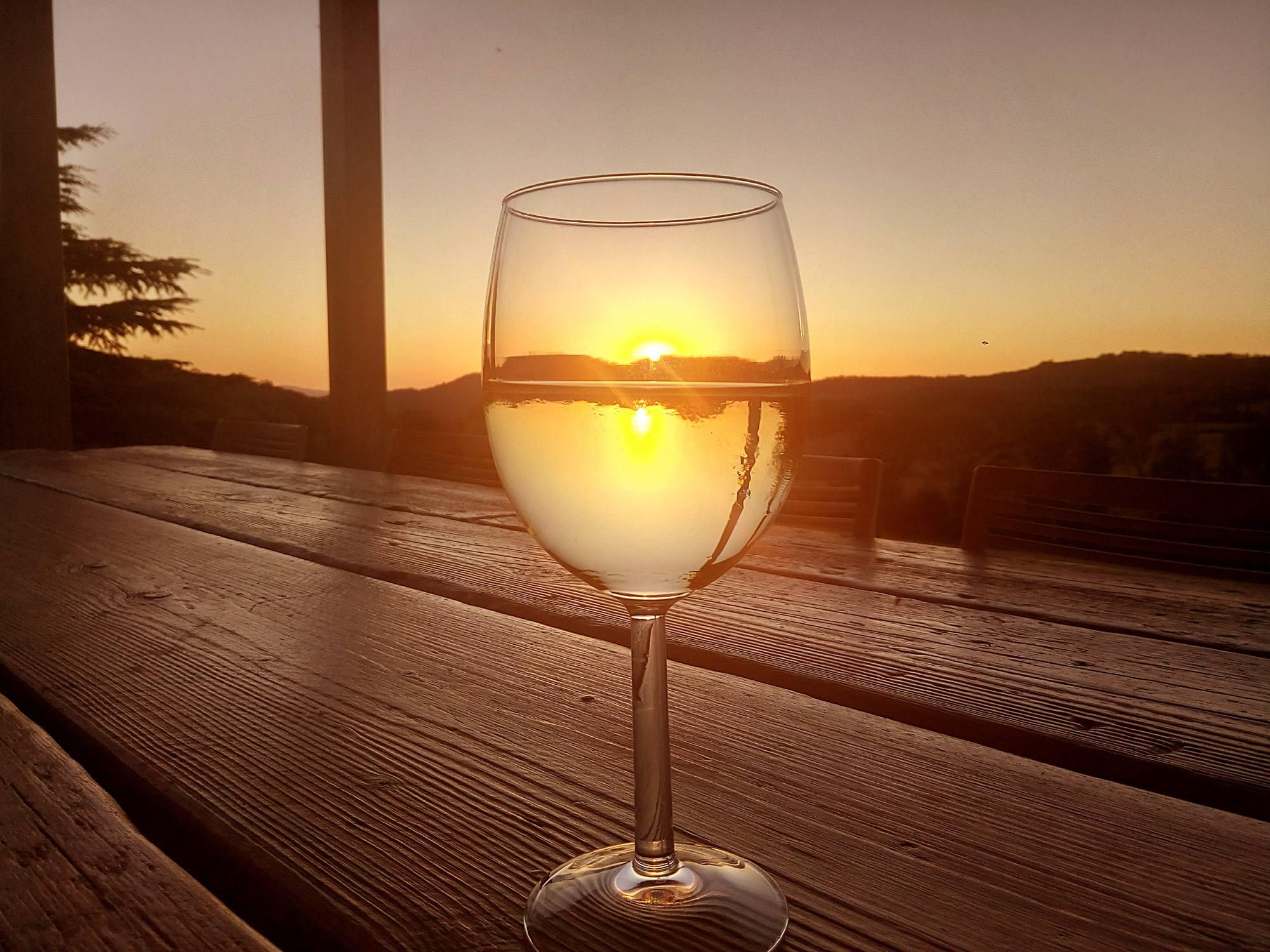 Vernaccia di san gimignano bevuta al tramonto