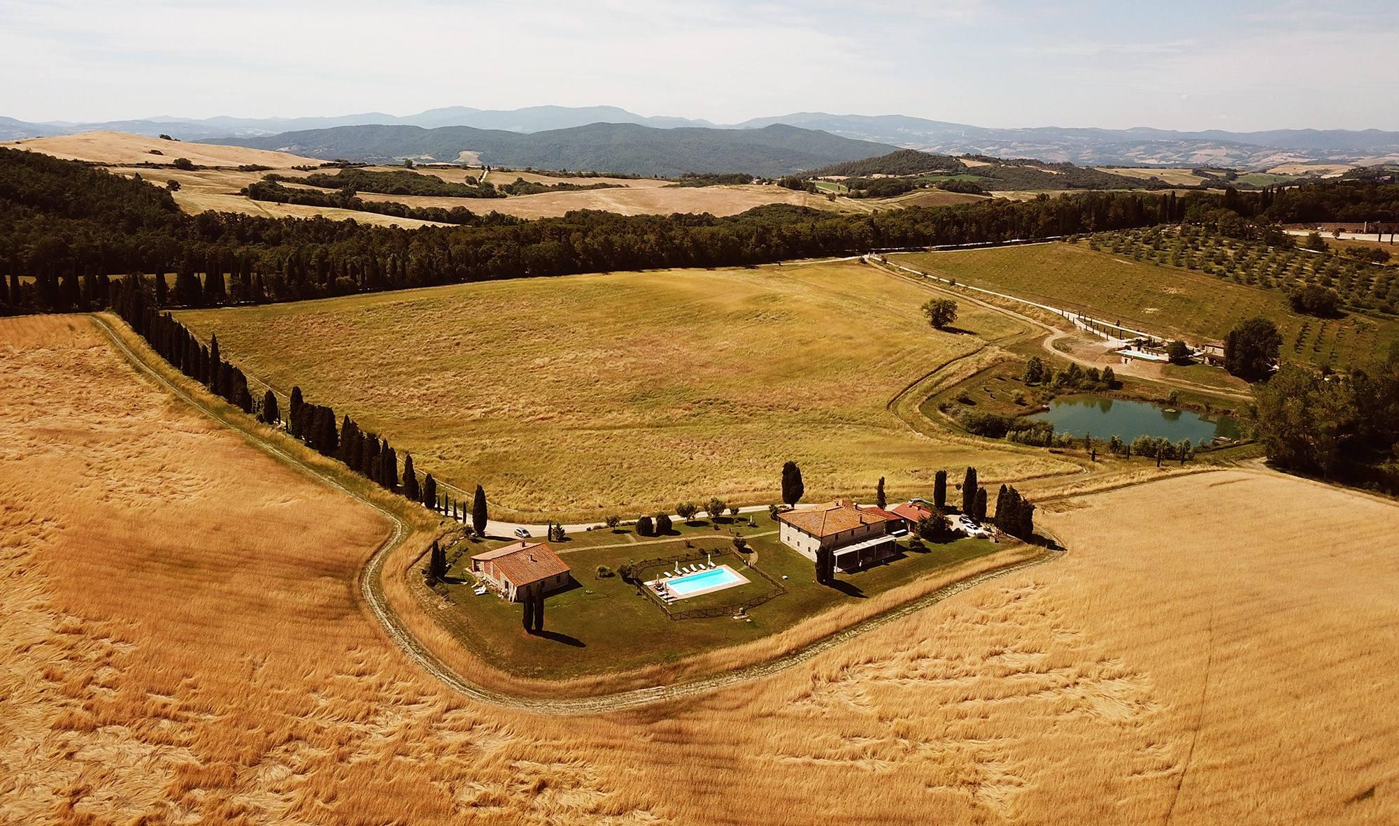 affitto villa in toscana con filare di cipressi